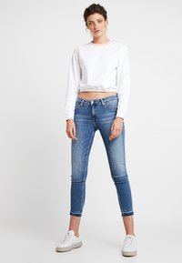 Calvin Klein Jeans - LOGO TAPE CROPPED NECK - Sudadera - bright white/coral - 1