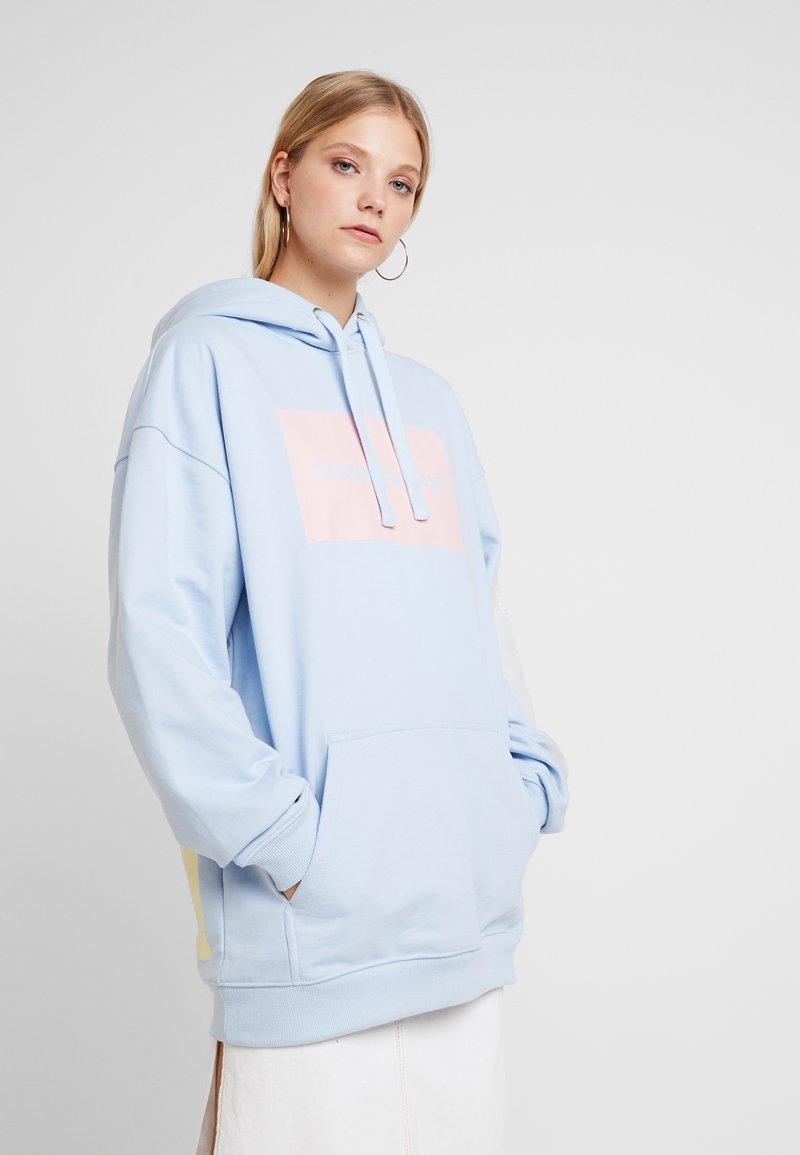 Calvin Klein Jeans - MULTI LOGOOVERSIZED HOODIE - Kapuzenpullover - skyway