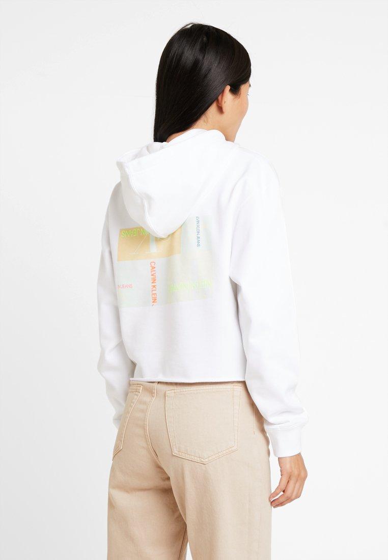 Calvin Klein Jeans - MULTI LOGO GRAPHIC HOODIE - Kapuzenpullover - bright white