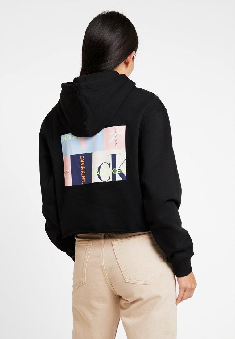 Calvin Klein Jeans - MULTI LOGO GRAPHIC HOODIE - Jersey con capucha - black beauty