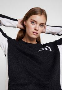 Calvin Klein Jeans - CK LOGO ARCHIVE - Svetr - mid grey heather - 3