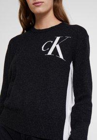 Calvin Klein Jeans - CK LOGO ARCHIVE - Svetr - mid grey heather - 5