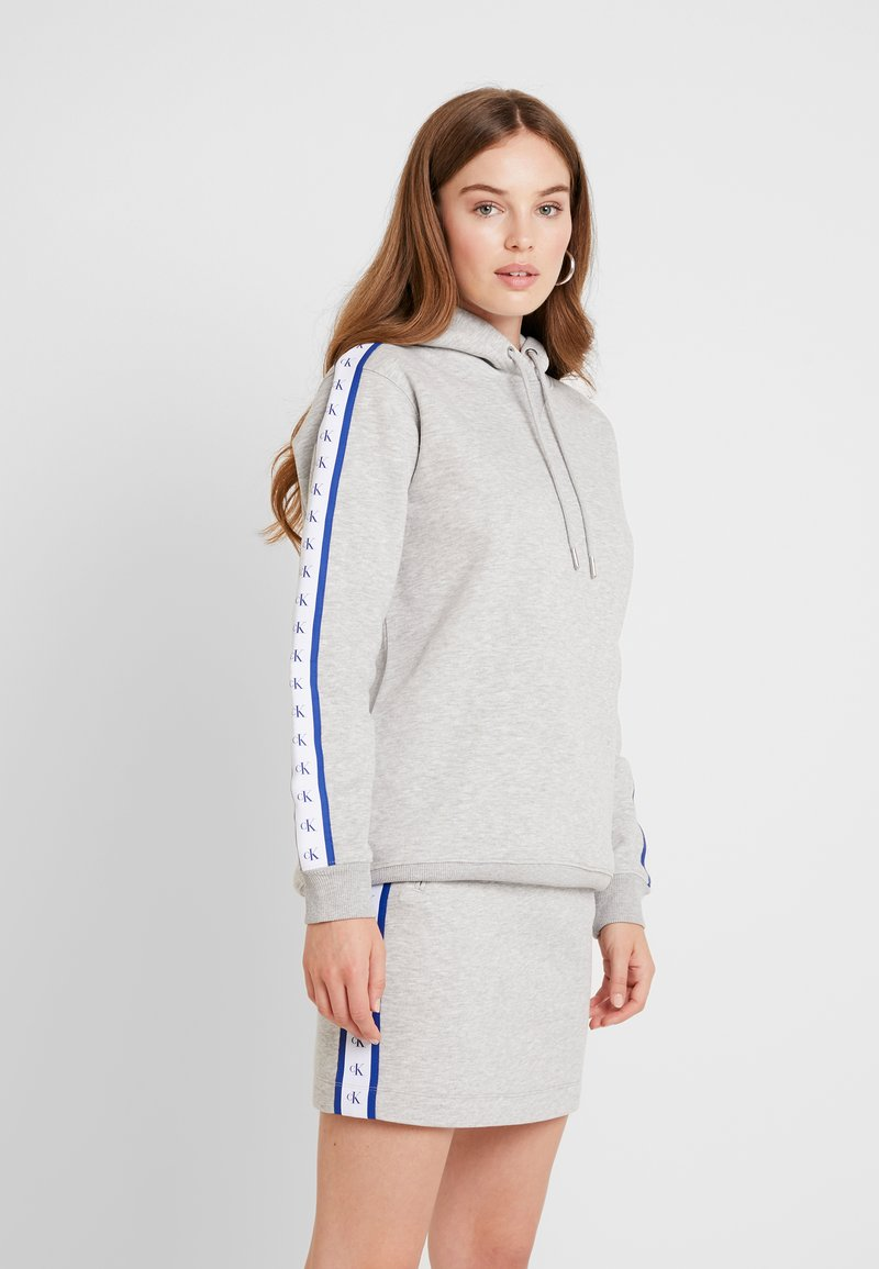 Calvin Klein Jeans - MONOGRAM TAPE HOODIE - Mikina s kapucí - light grey heather