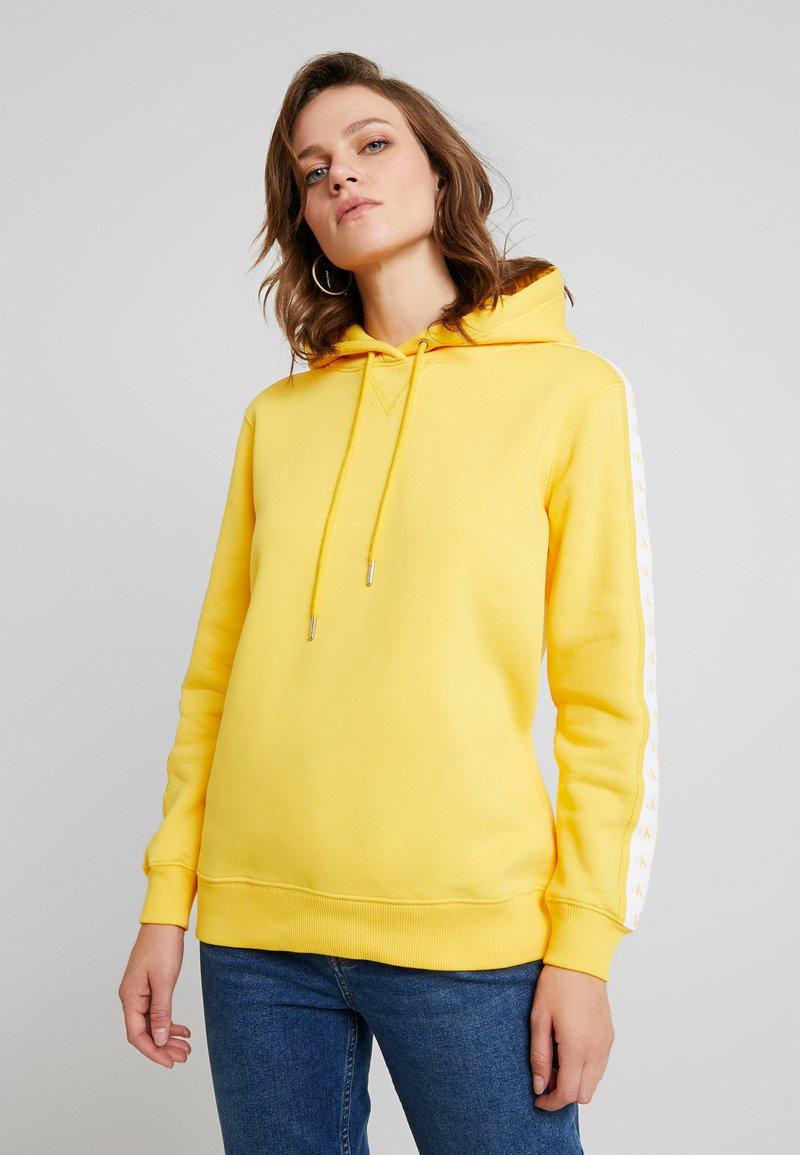 Calvin Klein Jeans - MONOGRAM TAPE HOODIE - Jersey con capucha - lemon chrome