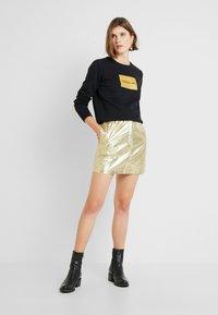 Calvin Klein Jeans - INSTIT GOLD BOX LOGO - Sweatshirt - black - 1