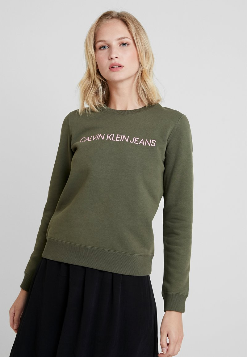 Calvin Klein Jeans - INSTITUTIONAL REGULAR CREW NECK - Collegepaita - grape leaf/prism pink