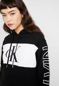 Calvin Klein Jeans - BLOCKING STATEMENT LOGO HOODIE - Hoodie - black/white - 4