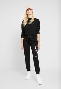 Calvin Klein Jeans - EMBROIDERY REGULAR CREW NECK - Sweatshirt - black - 1