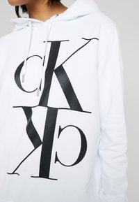 Calvin Klein Jeans - MIRRORED MONOGRAM HOODIE - Jersey con capucha - bright white - 5
