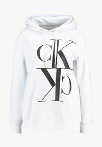 Calvin Klein Jeans - MIRRORED MONOGRAM HOODIE - Jersey con capucha - bright white - 4