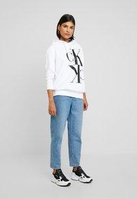 Calvin Klein Jeans - MIRRORED MONOGRAM HOODIE - Jersey con capucha - bright white - 1
