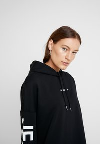 Calvin Klein Jeans - INSTITUTIONAL LOGO HOODIE DRESS - Kjole - black beauty - 6