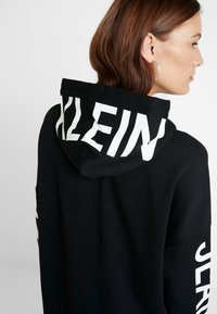 Calvin Klein Jeans - INSTITUTIONAL LOGO HOODIE DRESS - Kjole - black beauty - 4