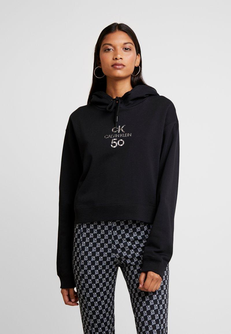 Calvin Klein Jeans - SMALL LOGO CROPPED BOYFRIEND HOODY - Hoodie - black beauty/silver logo