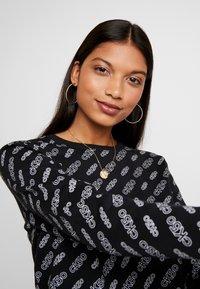 Calvin Klein Jeans - REGULAR CREW NECK - Sweatshirt - black beauty / bright white - 3