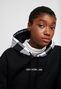 Calvin Klein Jeans - CHECK HOOD CROP HOODIE - Hoodie - black - 3