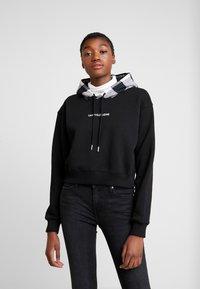 Calvin Klein Jeans - CHECK HOOD CROP HOODIE - Hoodie - black - 0