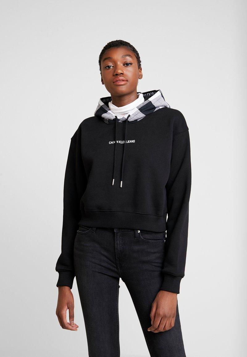 Calvin Klein Jeans - CHECK HOOD CROP HOODIE - Hoodie - black