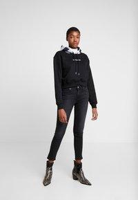 Calvin Klein Jeans - CHECK HOOD CROP HOODIE - Hoodie - black - 1