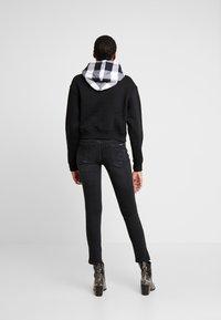 Calvin Klein Jeans - CHECK HOOD CROP HOODIE - Hoodie - black - 2