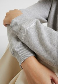 Calvin Klein Jeans - BOXY CREW NECK - Sweatshirt - light grey heather - 6