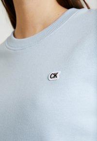 Calvin Klein Jeans - BOXY CREW NECK - Sweatshirt - skyway - 5