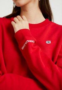 Calvin Klein Jeans - BOXY CREW NECK - Sweatshirt - barbados cherry - 5