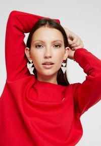 Calvin Klein Jeans - BOXY CREW NECK - Sweatshirt - barbados cherry - 3