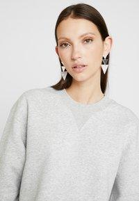 Calvin Klein Jeans - RAW HEM CREW NECK - Sweatshirt - light grey heather - 4