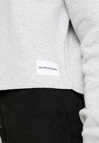 Calvin Klein Jeans - RAW HEM CREW NECK - Sweatshirt - light grey heather - 6