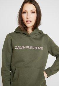 Calvin Klein Jeans - INSTITUTIONAL HOODIE - Hættetrøjer - grape leaf/pink - 3