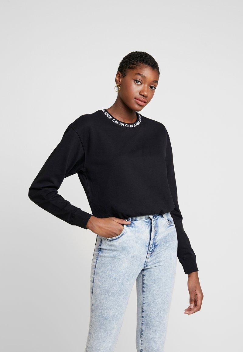 Calvin Klein Jeans - LOGO TAPE CROPPED CREW NECK - Sudadera - black