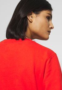 Calvin Klein Jeans - ROUND LOGO RELAXED - Sweater - fiery red - 4
