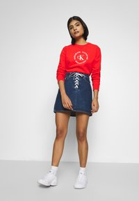 Calvin Klein Jeans - ROUND LOGO RELAXED - Mikina - fiery red - 1