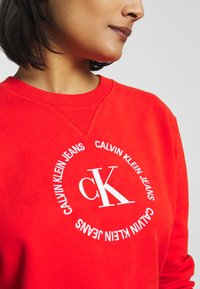 Calvin Klein Jeans - ROUND LOGO RELAXED - Sweater - fiery red - 6