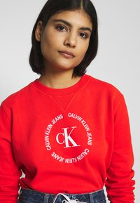 Calvin Klein Jeans - ROUND LOGO RELAXED - Sweater - fiery red - 3