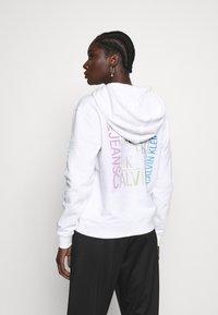 Calvin Klein Jeans - DEGRADE LOGO RELAXEDHOODIE - Mikina skapucí - bright white - 2