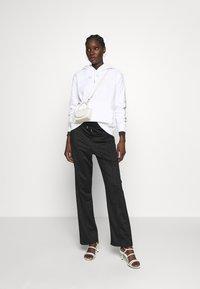Calvin Klein Jeans - DEGRADE LOGO RELAXEDHOODIE - Mikina skapucí - bright white - 1