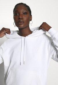 Calvin Klein Jeans - DEGRADE LOGO RELAXEDHOODIE - Mikina skapucí - bright white - 5