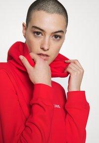 Calvin Klein Jeans - SHRUNKEN INSTITUTIONAL HOODIE - Hoodie - fiery red - 4