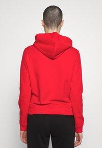 Calvin Klein Jeans - SHRUNKEN INSTITUTIONAL HOODIE - Hoodie - fiery red - 2