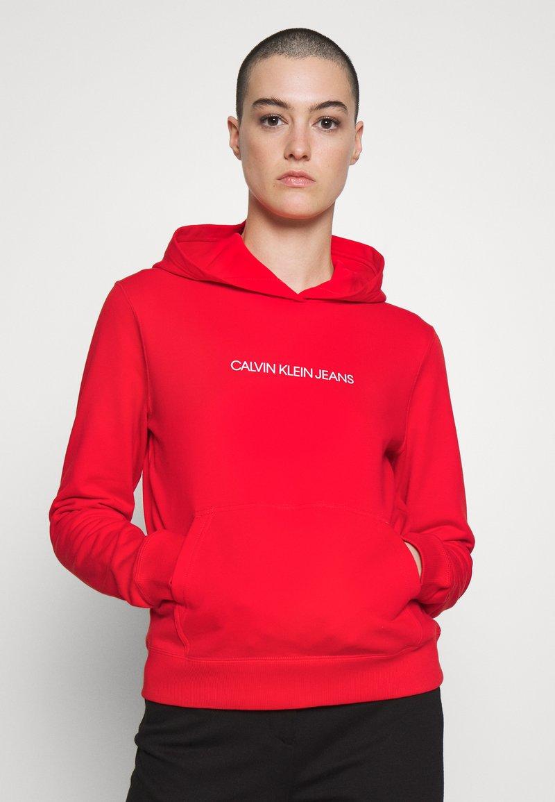 Calvin Klein Jeans - SHRUNKEN INSTITUTIONAL HOODIE - Hoodie - fiery red
