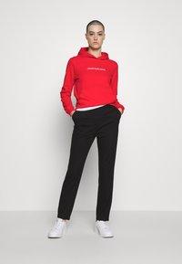 Calvin Klein Jeans - SHRUNKEN INSTITUTIONAL HOODIE - Hoodie - fiery red - 1