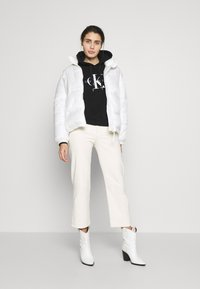 Calvin Klein Jeans - MONOGRAM RELAXED SHORT HOODIE - Mikina skapucí - black - 1