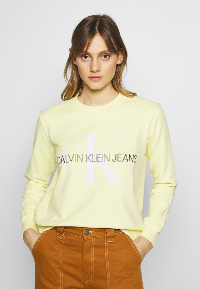 VEGETABLE DYE MONOGRAM CREW NECK - Sweatshirt - mimosa yellow