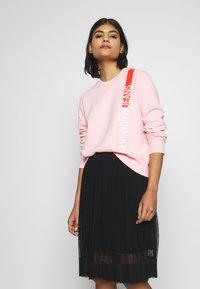 Calvin Klein Jeans - REGULAR CREW NECK - Sweatshirt - keepsake pink - 0