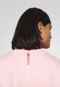 Calvin Klein Jeans - REGULAR CREW NECK - Sweatshirt - keepsake pink - 3