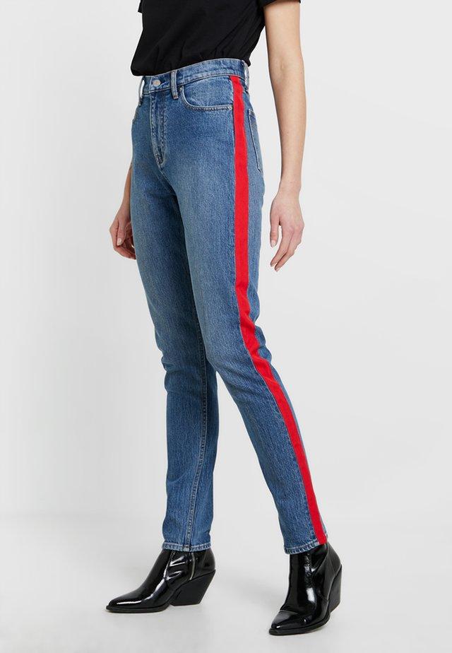 CKJ 020 HIGH RISE SLIM - Slim fit jeans - mid stone/red