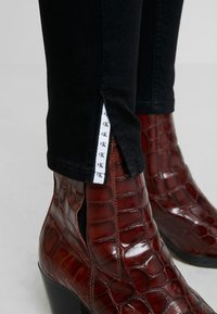 Calvin Klein Jeans - 010 HIGH RISE SKINNY ANKLE - Jeans Skinny Fit - black smart - 4