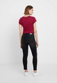 Calvin Klein Jeans - 010 HIGH RISE SKINNY ANKLE - Jeans Skinny - stockholm black monogram tape - 2